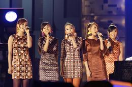 Dari kiri ke kanan: Ye-eun, Sunye, Sohee, Sunmi, dan Yubin di MBC Campus Song Festival, Oktober 2008.