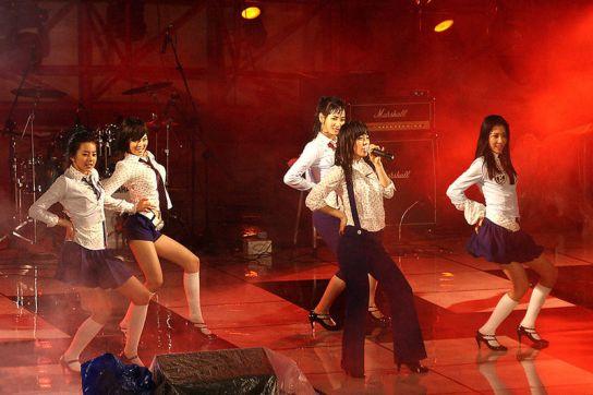 "Wonder Girls menyanyikan ""Irony"" di Universitas Hanyang, Mei 2007. Dari kiri ke kanan: So Hee, Hyeona, Ye Eun, Sun Ye, dan Sun Mi."